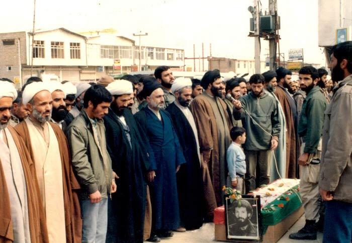 نماز بر پیکر شهیدان
